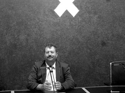 Han van Gelder zit debat 'Toegang tot de top' voor in de raadszaal in het stadhuis.