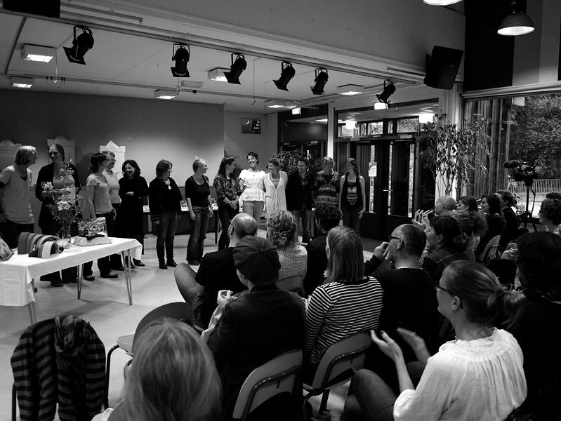 Applaus voor de initiatiefgroep Vrije School Amsterdam Noord met in het midden Nicoline Vink