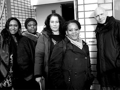 Van links naar rechts: Maureen Hubbard (ouderraad), Denice Geldorp (oudergeleding mr), Leila Frindi (voorzitter ouderraad), Ninsy Hardenberg (vice-voorzitter mr en lid ouderraad), Ronald Sluijmer (ouderraad) van basisschool Mobiel in Holendrecht, Amsterdam Zuidoost.