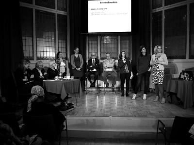 Leden van de ondersteuningsplanraden, directeuren samenwerkingsverbanden, Marieke Boon van steunpunt medezeggenschap passend onderwijs en discussiepanel op het podium in De Balie.