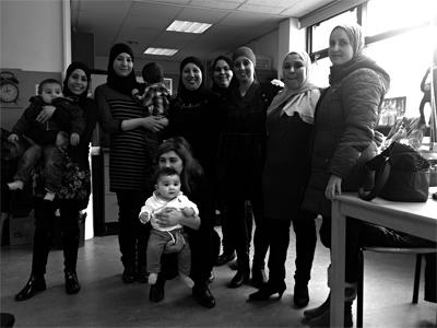 Fatima en Saloua in het midden tussen ouders van de Narcis-Queridoschool